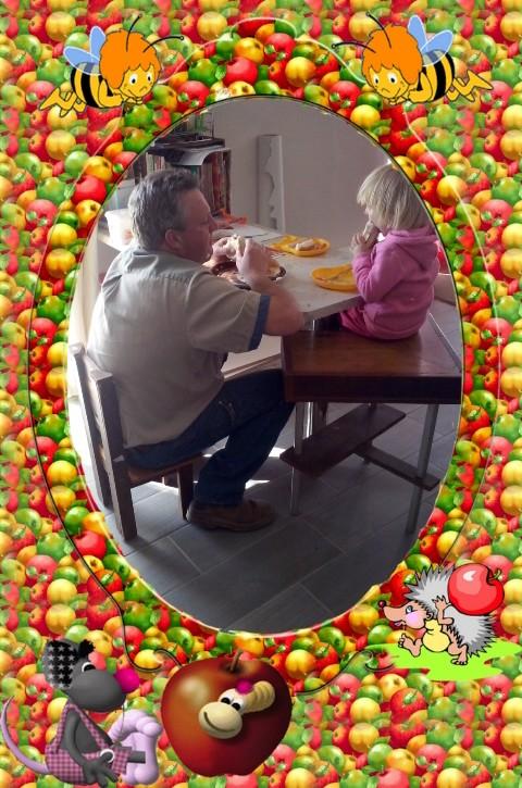 Pappa eet saam met Lala by die tafel