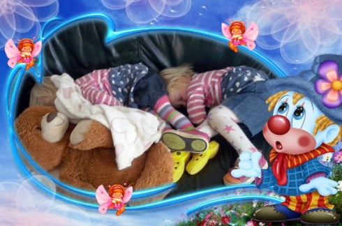 Lala en Bekkie slaap op die sitkamerbank